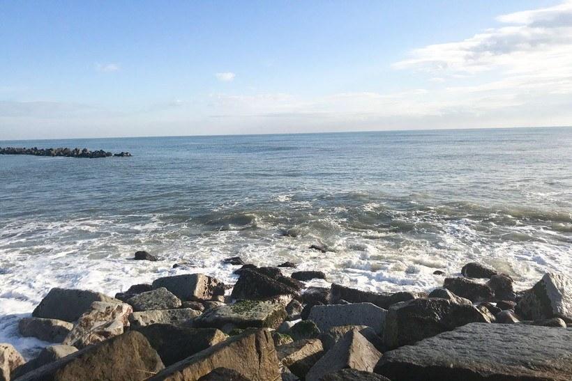 和泉浦海岸側方向にあたる突堤より左側の風景