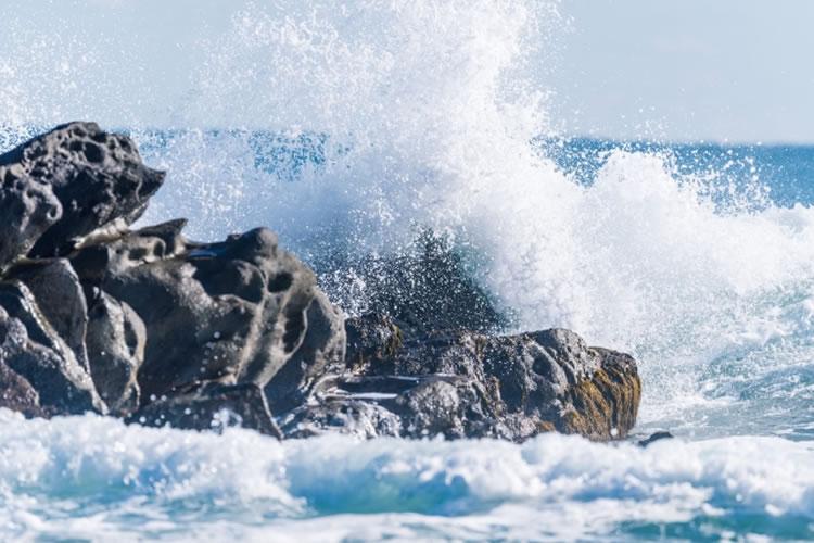 重心を低くし大波を回避する