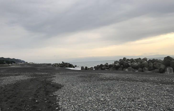 大浜海岸駐車場より川を挟んで少し東のサーフ