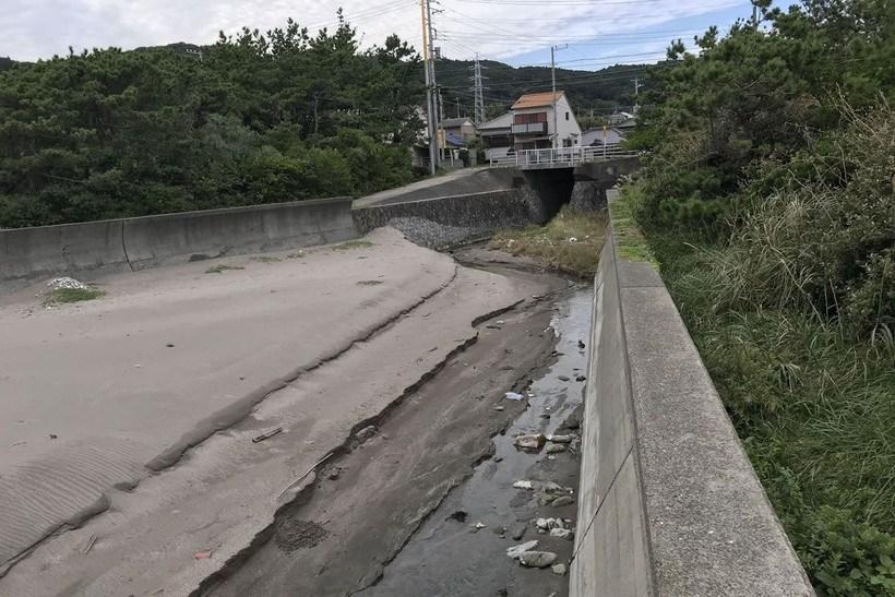 若千葉荘前の川