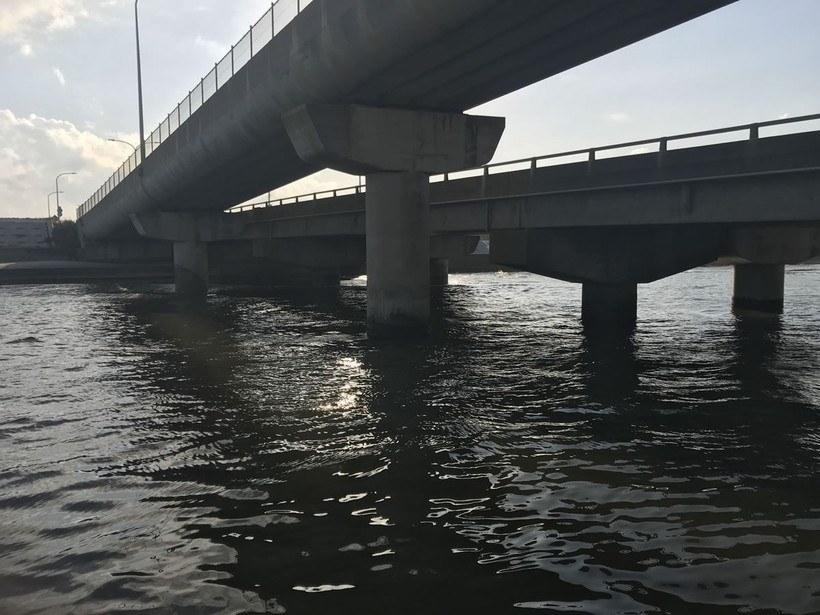 低い橋には明暗がはっきりとでる