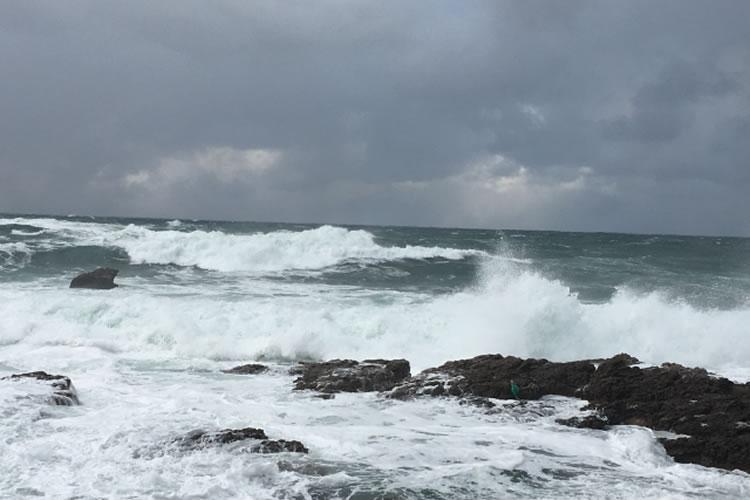 冬は日本海側の磯が荒れやすい