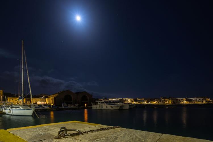 満月の日に常夜灯まわりに絞って釣りをしている